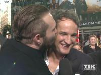 """Jai Courtney drückt Jason Clarke bei der Premiere von """"Terminator Genisys"""" in Berlin einen fetten Kuss auf"""