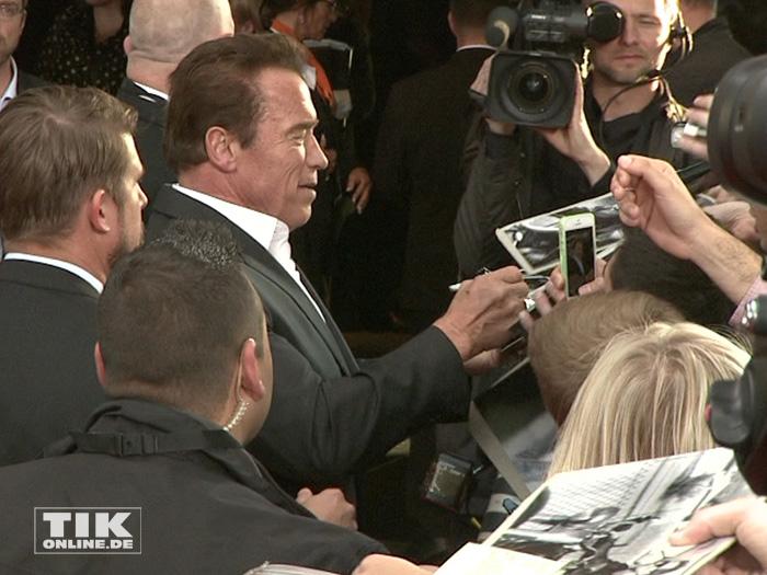 """Arnold Schwarzenegger, schreibt bei der Premiere von """"Terminator Genisys"""" in Berlin jede Menge Autogramme"""