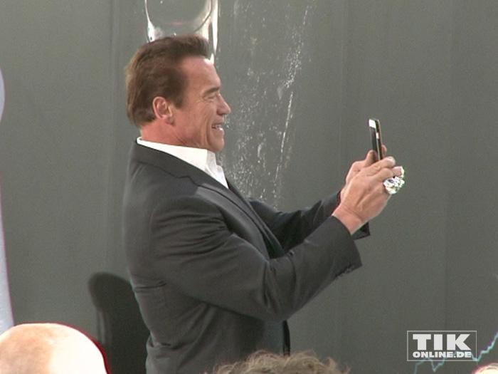 """Arnold Schwarzenegger macht bei der Premiere von """"Terminator Genisys"""" in Berlin fleißig Selfies"""