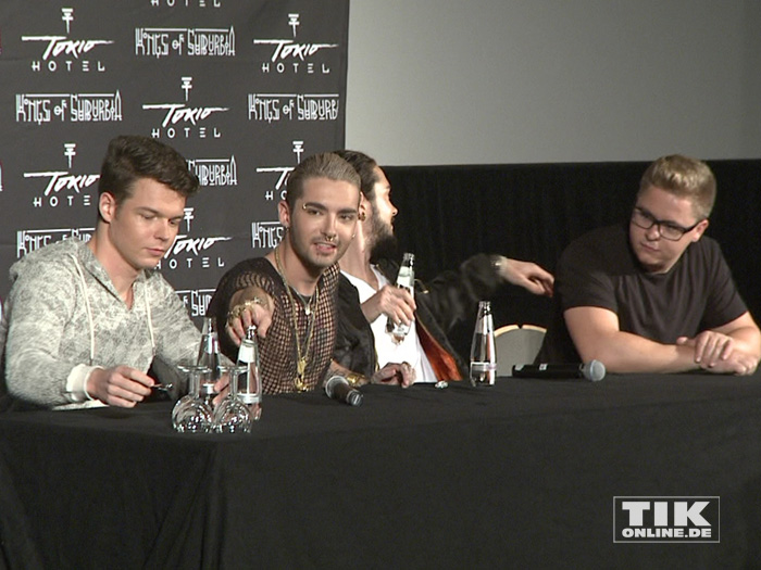 """Tokio Hotel machen es sich auf der """"Kings of Suburbia""""-Pressekonferenz gemütlich"""