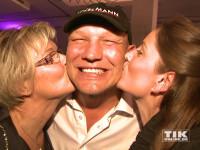Axel Schulz bekommt ein Doppel-Küsschen bei der TULIP Parkinson Gala 2015 in Berlin