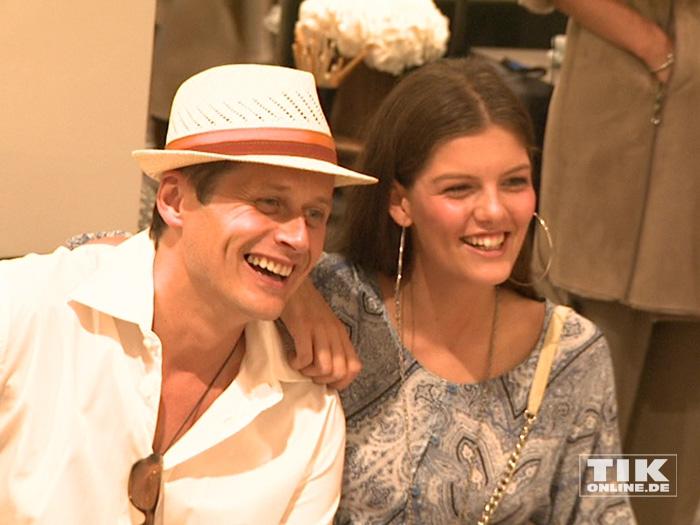GNTM-Siegerin Vanessa Fuchs posiert beim Fashion Cocktail des Mode-Labels Riani im KaDeWe gut gelaunt mit Roman Knizka