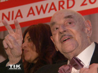 """Film-Mogul Artur """"Atze"""" Brauner und seine Tochter Alice Brauner wurden mit dem Askania Award für das Lebenswerk ausgezeichnet, was der 97-Jährige mit dem Victory-Zeichen feierte"""