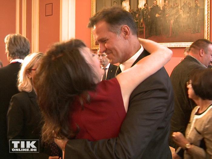 Iris Berben umarmt ihren Lebensgefährten Heiko Kiesow nach der Verleihung des Berliner Landesordens 2015