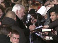 """Donald Sutherland schreibt Autogramme bei der """"Die Tribute von Panem - Mockingjay 2""""-Premiere in Berlin"""