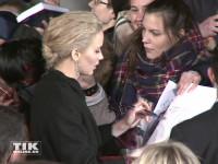 """Jennifer Lawrence geht bei der """"Die Tribute von Panem - Mockingjay 2""""-Premiere in Berlin auf Tuchfühlung mit den Fans"""
