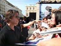 """Tom Cruise schreibt Autogramme bei der Welt-Premiere von """"Mission: Impossible - Rogue Nation"""" in Wien"""