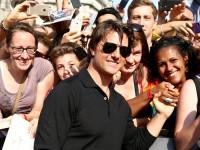"""Tom Cruise macht Fan-Selfies bei der Welt-Premiere von """"Mission: Impossible - Rogue Nation"""" in Wien"""