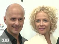 """Christoph Maria Herbst und Katja Riemann posieren auf der Premiere von """"Er ist wieder da"""" in Berlin"""