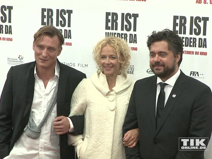 """Oliver Masucci, Katja Riemann und David Wnendt posieren auf der Premiere von """"Er ist wieder da"""" in Berlin"""