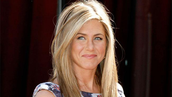jennifer aniston mit alter frisur zur ck. Black Bedroom Furniture Sets. Home Design Ideas