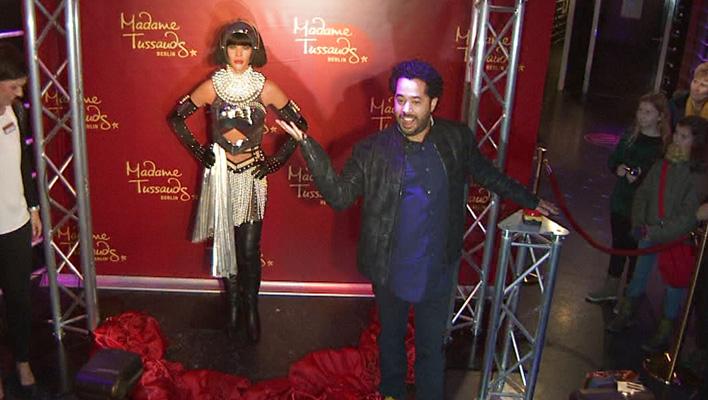 Adel Tawil mit Whitney Houstons Wachsfigur (Foto: HauptBruch GbR)