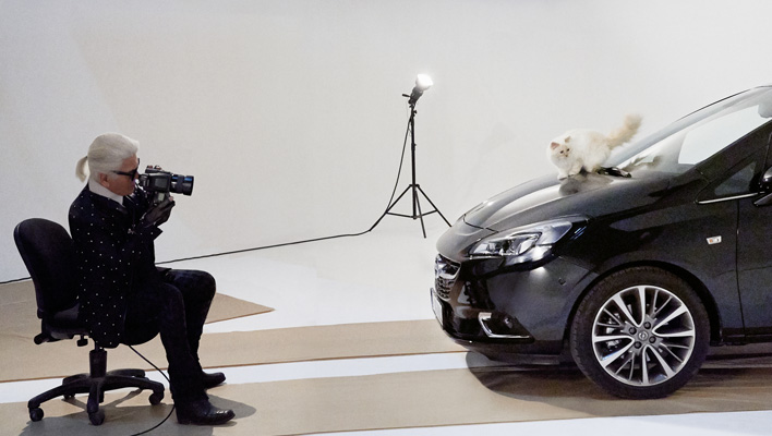 Karl Lagerfeld und Choupette (Foto: obs/Adam Opel AG)