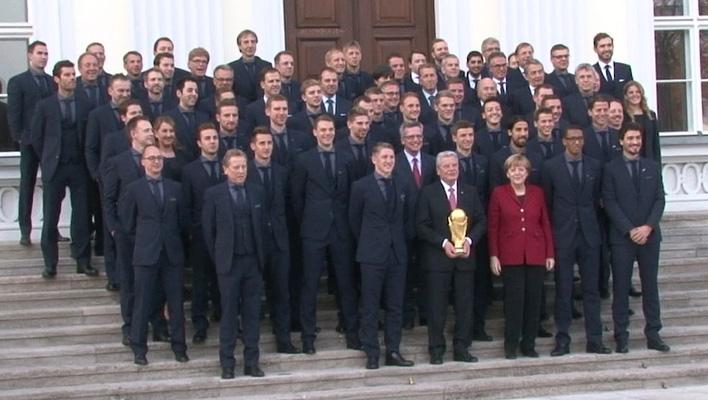 Fußballnationalmannschaft mit WM-Pokal (Foto: HauptBruch GbR)