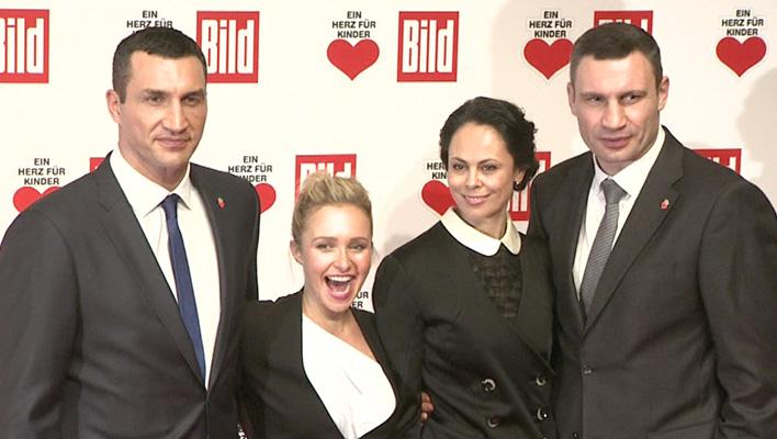 Wladimir Klitschko mit seiner Freundin Hayden Panettiere, seinem Bruder Vitali Klitschko und dessen Frau Natalia Klitschko (Foto: HauptBruch GbR)