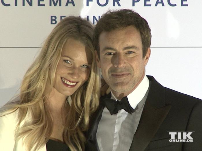 Gedeon Burkhard mit Anika Bormann (Foto: HauptBruch GbR)