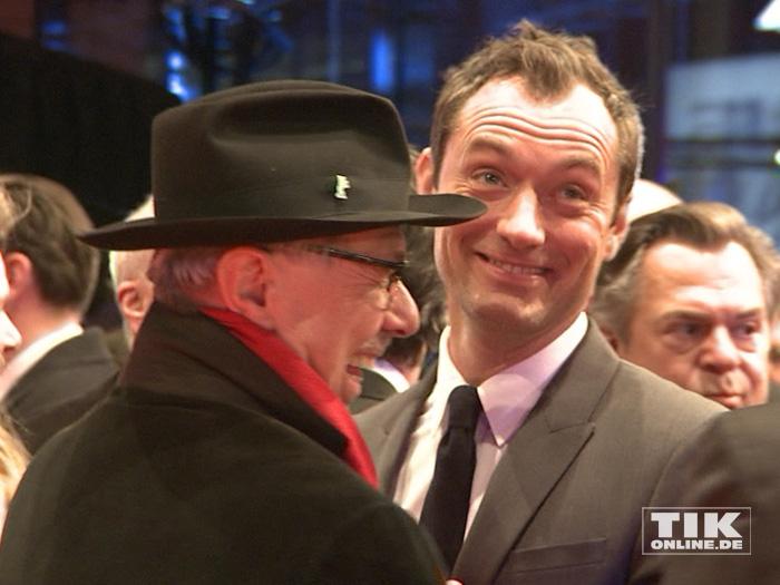 """Jude Law hat Spaß mit Festival-Direktor Dieter Kosslick bei der Premiere des Films """"Genius"""" auf der 66. Berlinale"""