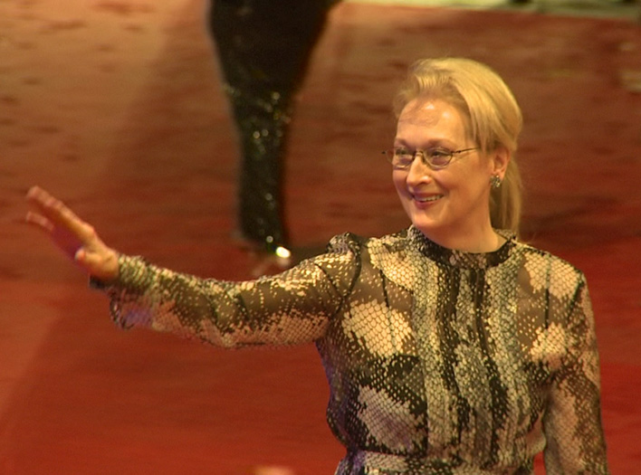 Meryl Streep begrüßt die wartenden Fans bei der Eröffnung der 66. Berlinale