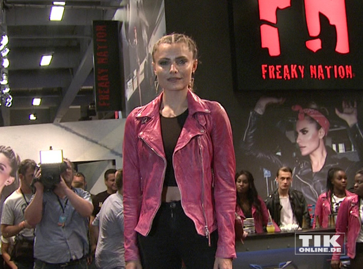 Sophia Thomalla präsentiert Mode von Freaky Nation