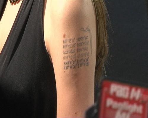 Angelina Jolies Tattoo: Auf ihrem Oberarm sieht man die geografischen Daten der Geburtsorte ihrer Kinder