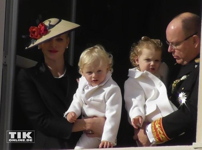 Die Zwillinge Jacques und Gabriella staunten auf den Armen ihrer Eltern, Fürst Albert II und Charlene von Monaco, über die vielen Menschen
