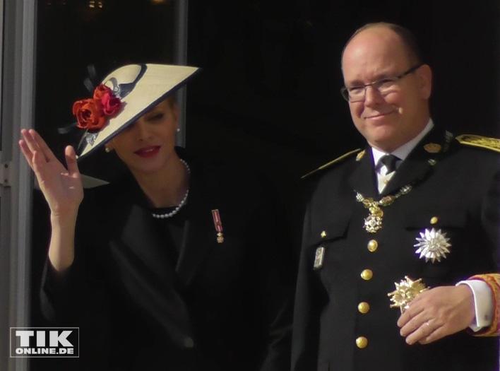 Fürstin Charlene und Fürst Albert II von Monaco grüßen ihre Untertanen
