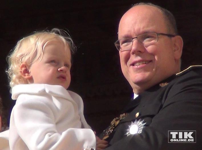 Fürst Albert II von Monaco mit seinem Sohn Jacques auf dem Arm