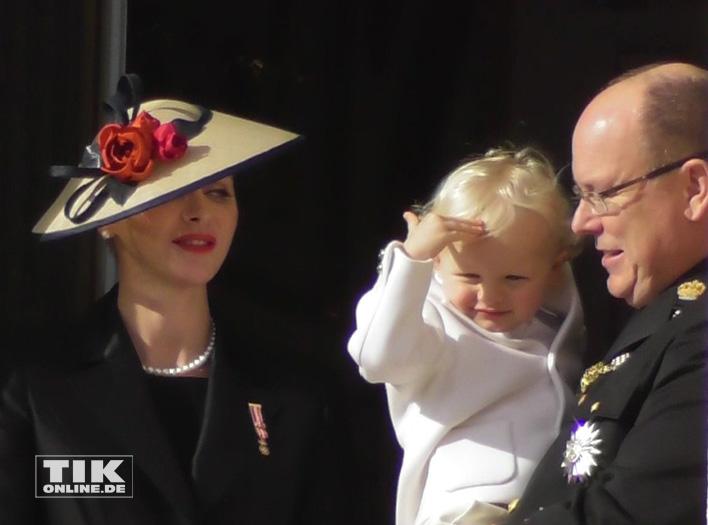Der kleine Jacques salutiert zur Freude von Fürstin Charlene und Fürst Albert II von Monaco