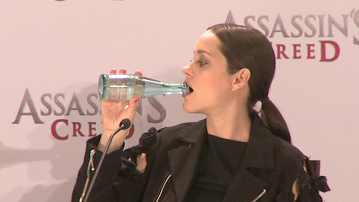 """""""Assassin's Creed""""-Pressekonferenz: Marion Cotillard greift zur Flasche"""