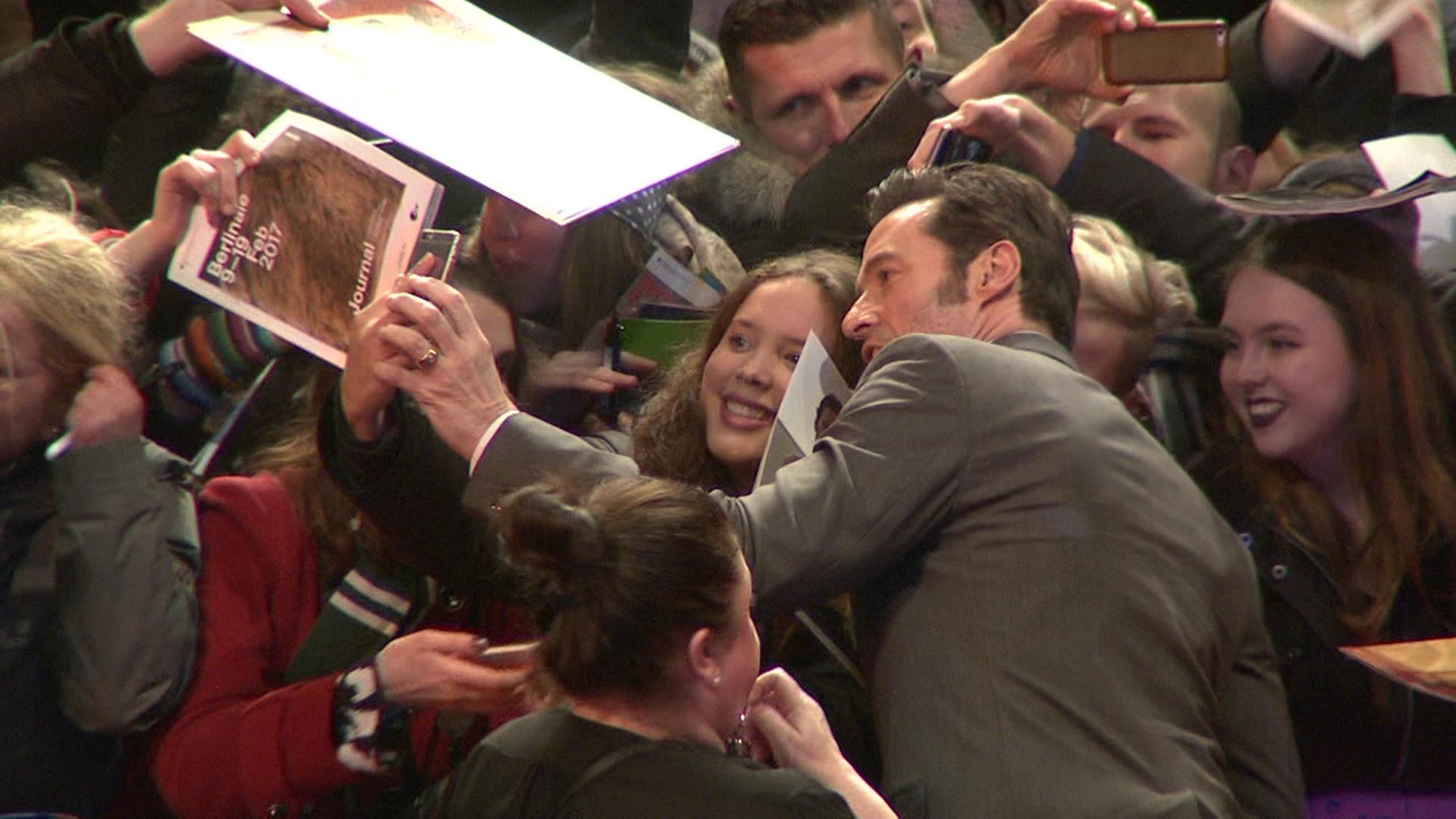 Hugh Jackman bei der Logan-Premiere mit seinen Fans in Berlin
