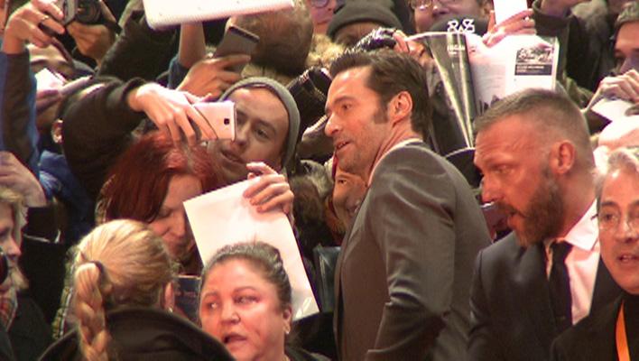 """Hugh Jackman bei der """"Logan - The Wolverine""""-Premiere in Berlin mit seinen Fans"""