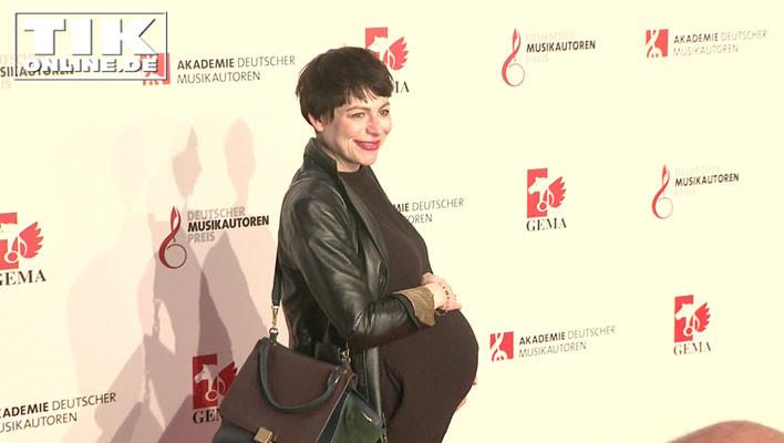 Sänegrin Cäthe alias Catharina Sieland schwanger mit Babybauch