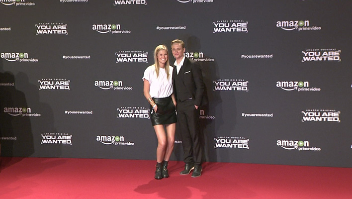 Matthias Schweighöfer und Toni Garrn mit nackten Beinen