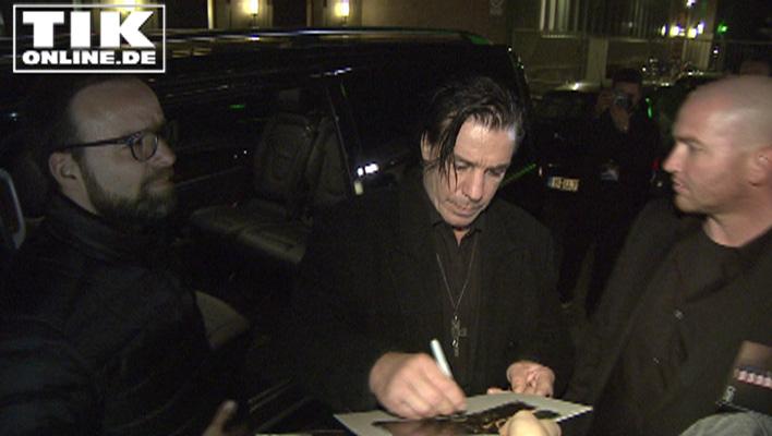 Rammstein-Sänger Till Lindemann schreibt Autogramme für die Fans