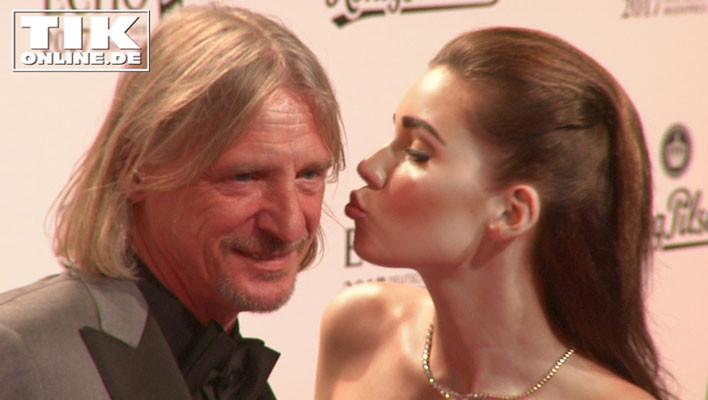 Nathalie Volk küsst Frak Otto