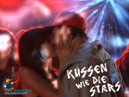 Jimi Blue küsst junge Dame (Foto: obs/Bavaria Film GmbH)