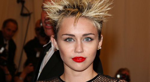 miley cyrus will ihre haare wieder wachsen lassen. Black Bedroom Furniture Sets. Home Design Ideas