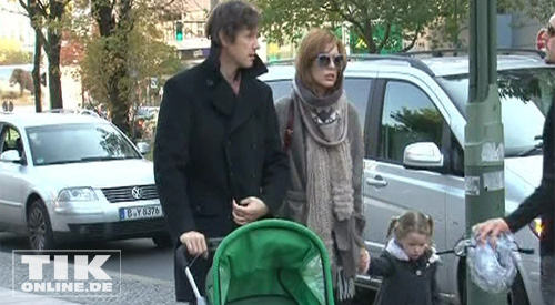 Milla Jovovich mit Tochter Enver Gabo und Mann (Foto: Haupt Bruch GbR)