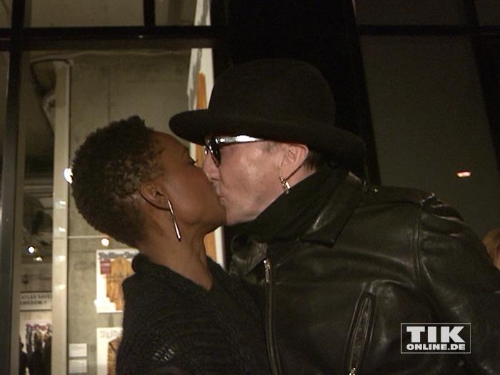 Marius Müller-Westernhagen küsst seine Freundin Lindiwe Suttle