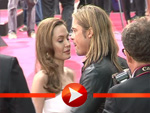 Brad Pitt und Angelina Jolie kuscheln auf dem roten Teppich