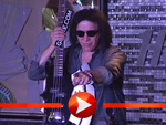 Gene Simmons posiert mit Chrome Axe
