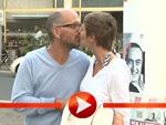 Christoph Maria Herbst küsst auf dem Weg zur Premiere