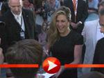 Jennifer Aniston nimmt ein Bad in der Menge