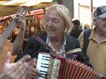 Total verrückt: Playboy Rolf Eden als Straßenmusiker