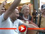 Rolf Eden als Straßenmusiker