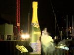 Riesenflasche nimmt Rache: Schiffstaufe mal andersrum