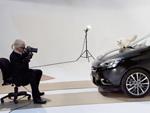 Karl Lagerfeld: Haariges Model auf der Motorhaube