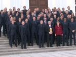 Fußball-Weltmeister zurück in der Hauptstadt: Joachim Gauck hält den WM-Pokal