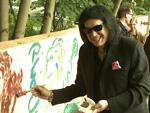 Kiss-Legende Gene Simmons mal anders: Preisverleihung, Rocken mit Kindern und Malen für den Frieden