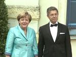 Stürmische Bayreuther Festspiele: Angela Merkel mit Stuhl-Problemen